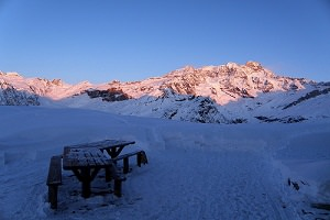 Dormire in alta quota di fronte al Monte Rosa