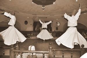 danza rituale dei dervisci rotanti nel monastero Mevkevihanesi